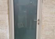 Al ulazna vrata sa satinato matiranim staklom u prskanoj boji slonove kosti