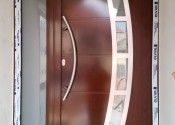 Ekskluzivna al ulazna vrata sa inox panelom i skrivenim krilom u dekoru mahagoni