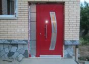 Ekskluzivna al ulazna vrata sa inox panelom i skrivenim krilom u boji signalna crvena